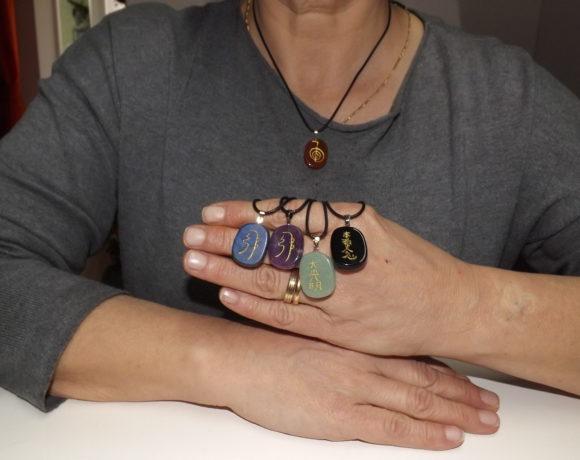 Ciondoli in pietra con i simboli Reiki